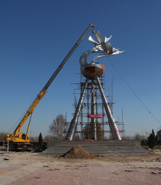 大型不锈钢雕塑《飞越》 天津武清石各庄雕塑工程现场施工中